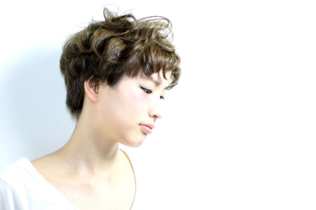 ランダムなゆるカールでクールな中に女性らしさをプラス  hair   吉永武司