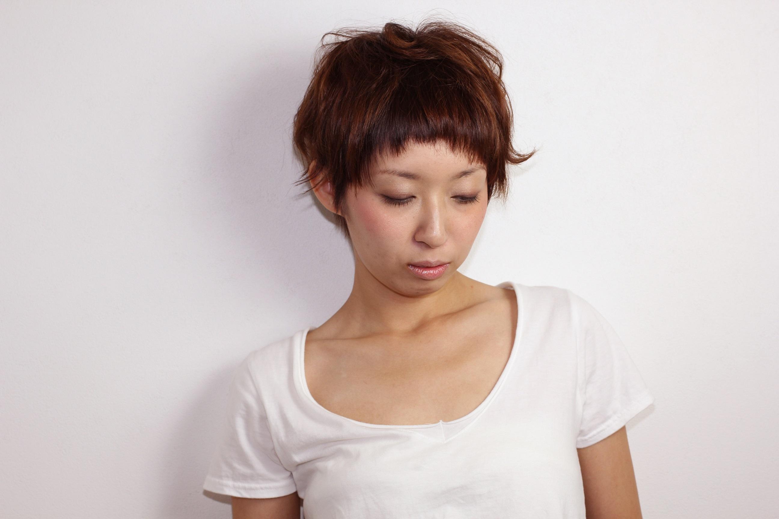 クセ毛風のニュアンスが女性らしさをセーブした大人なベリーショート hair 吉永武司